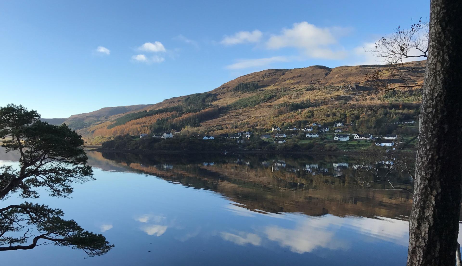 Udsigt mod landsby ved vandring i Skotland