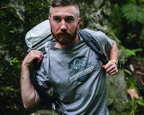 mand med t-shirt og rygsæk